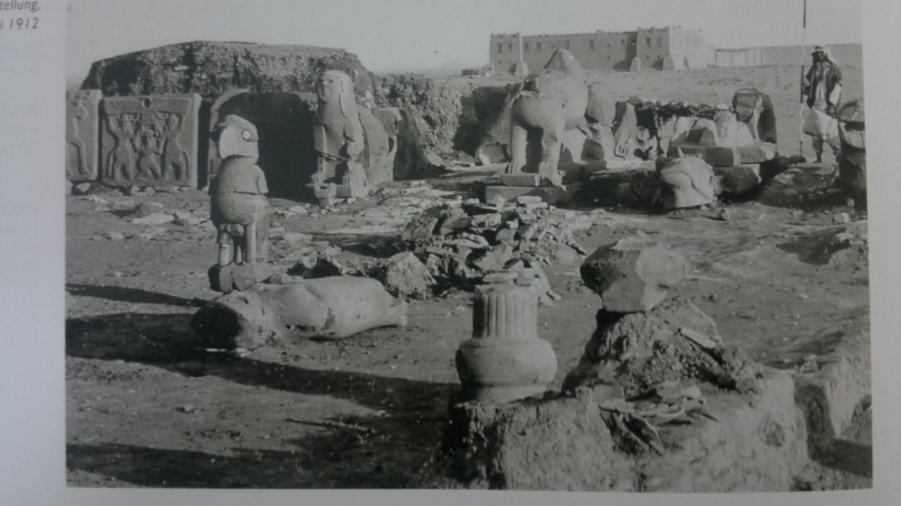 الصورة 3: المنحوتات في واجهة القصر