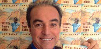 الكاتب والمخرج الكردي كايي بهار حاملاً روايته رسائل من كُردي. zivmagazine.com